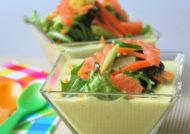 Crema de habas con ensalada de pepino y salmón