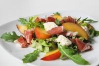 Ensalada de melocotón, jamón iberico y mozzarella