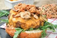 Hamburguesa con cheddar y champiñones