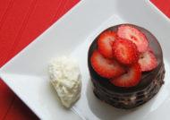 Pastel individual de galletas con nata, fresas y chocolate