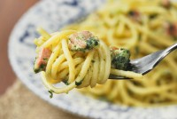 Spaguetti con bacon, espinacas y mascarpone al limón